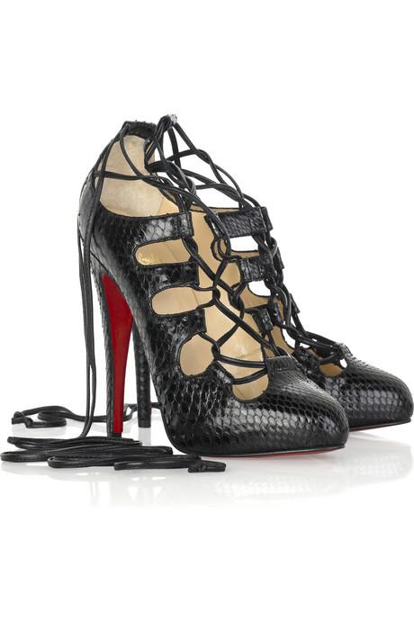 Обувки от Кристиан Лоботин с връзки около крака