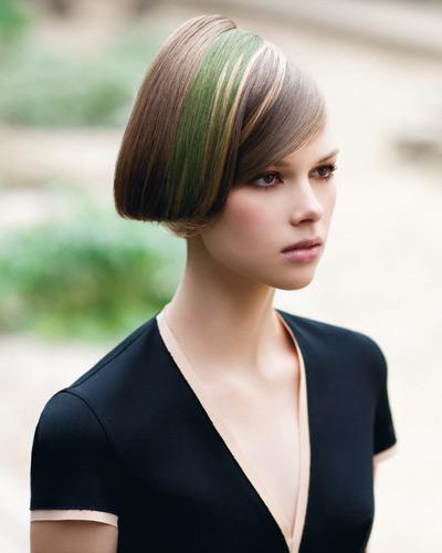 кестенява коса със зелени и руси кичури