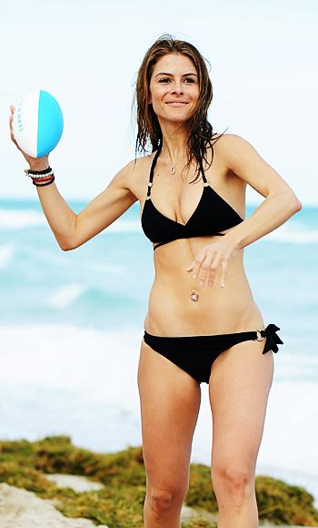 Maria Menounos играе футбол в черна бански, докато празнува Нова година в Маями