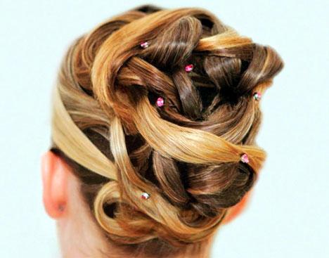 вдигната коса с прибрани кичури прическа