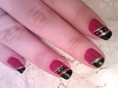 красиви декорации на нокти в лилаво и чер