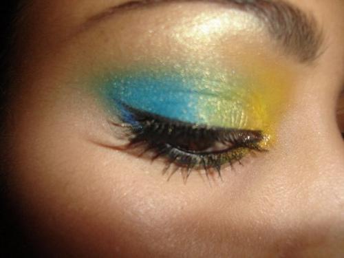 моден грим в синьо и жълто