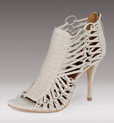 Бели обувки с много нишки