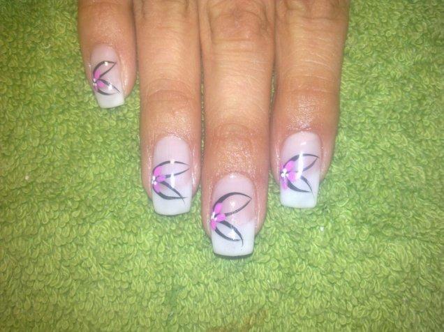 Френски нокти, розови цветя