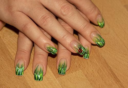 Маникюр в зелено с калинк