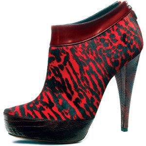 Червени обувки със заострен връ