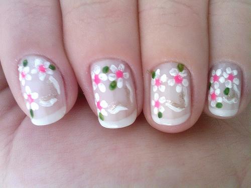 красиви декорации на нокти мънички цветя