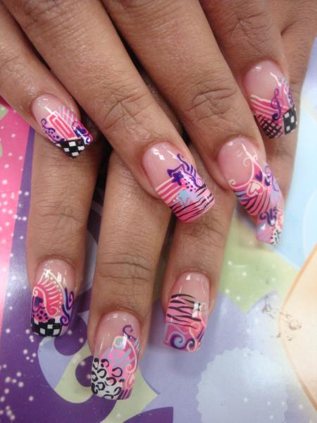 Красиви нокти с розови декорации