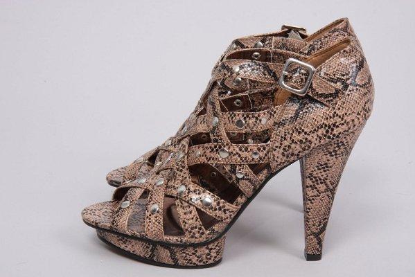Бежови обувки на висок ток с платформа и каишки