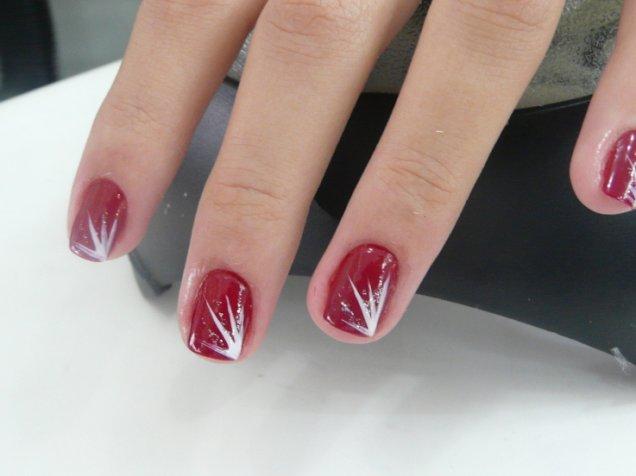 Класически червен маникюр с декорации