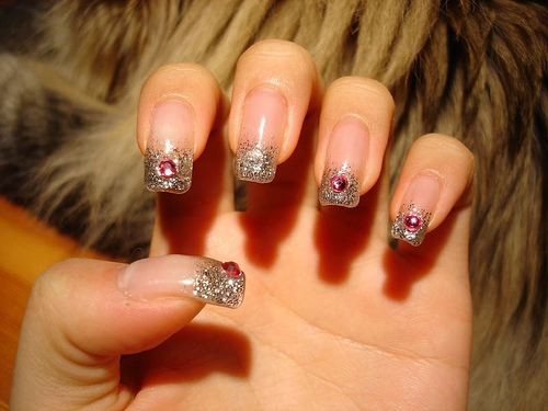 красиви нокти с кристали в червено