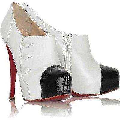 Бели обувки с черни и червени акценти
