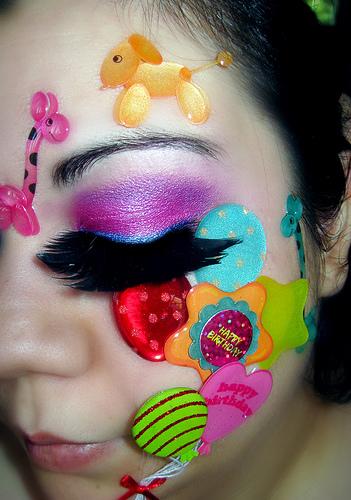 Сензационни мигли и красив ярко лилав грим