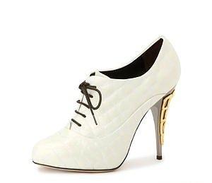 Бели обувки с връзки и позлатен ток