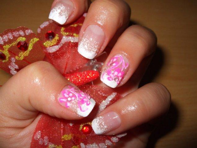 Красиви нокти с розово цвете