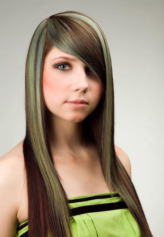 изключително дълга коса, със зелени кичури