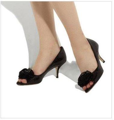 Валентино обувки с отворени пръсти и роза над тях