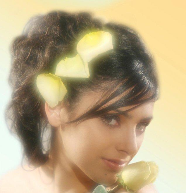 вързана черна коса с 3 листа от жълта роза