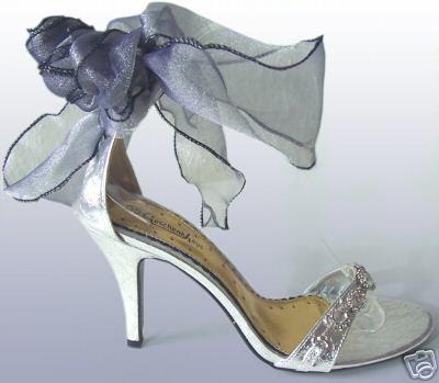 Бели обувки с ниски токове с панделка около глезена