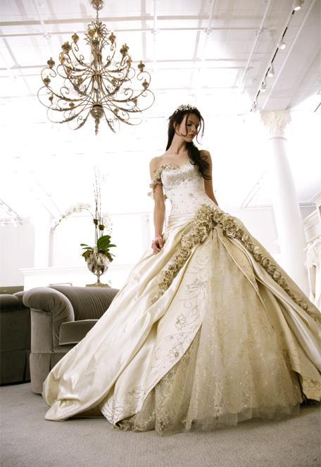 Невероятна Сватбена Рокля с Обръчи