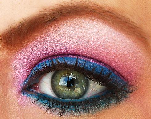 розово със синя очна линия