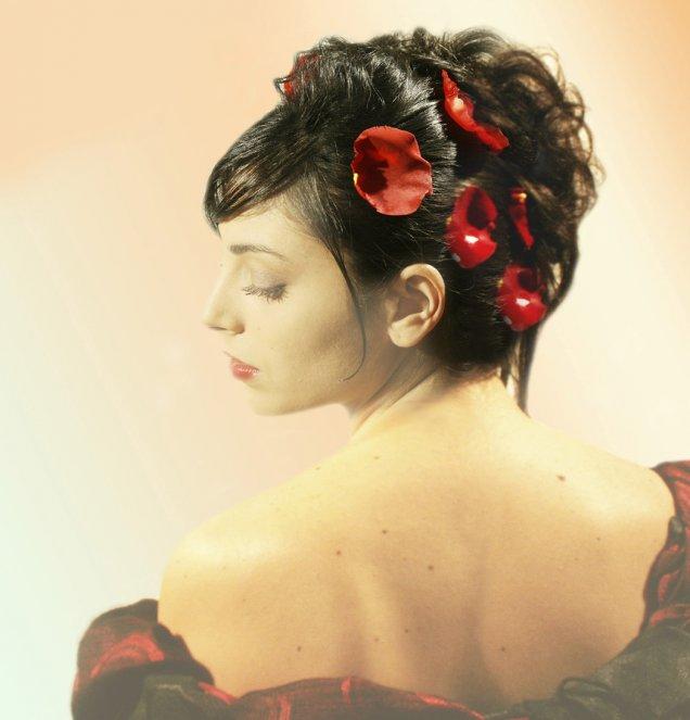 вързана коса с червени листа на роза