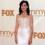 Джулиана Маргулис с бяла рокля на Armani