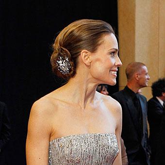 Хилъри Суонк с френски кок с бижу на Оскарите 2011