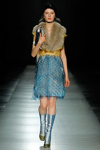 Рокля на пайети в синьо и жълто и бежова кожена яка Prada Есен-Зима 2011