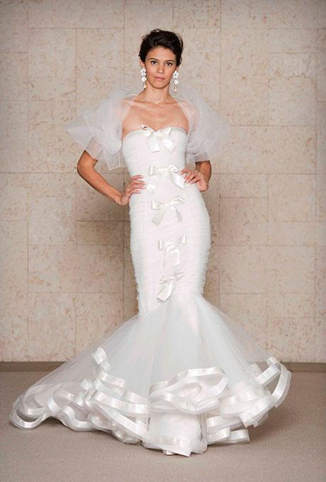 Сватбена рокля тип русалка с широк диаметър украсена с панделки  Oscar de la Renta Есен 2011