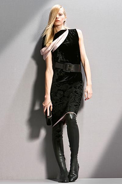 Черна права рокля кадифе с декорации Предесенна колекция Giorgio Armani 2011
