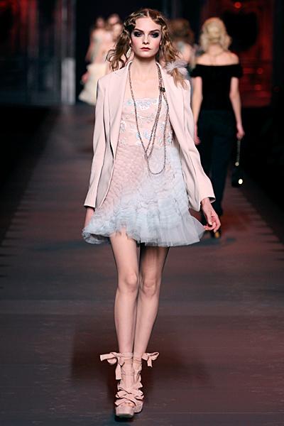Рокля с дантелена пола и бежово сако Dior Есен-Зима 2011