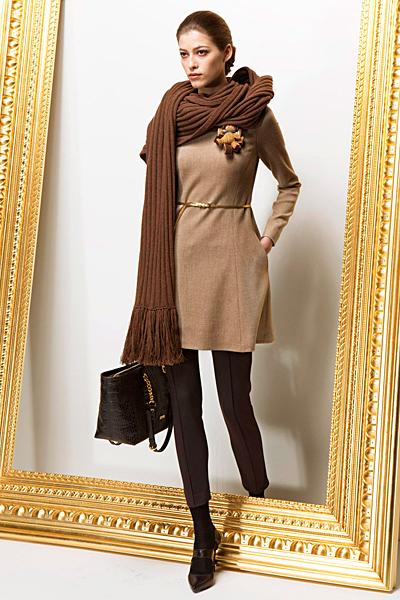 Изчистена рокля в бледо кафяво Предесенна колекция Moschino 2011