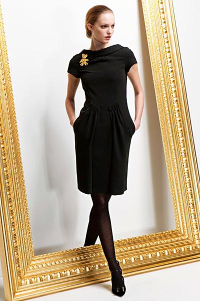 Изчистена рокля с къс ръкав и разширена талия Предесенна колекция Moschino 2011
