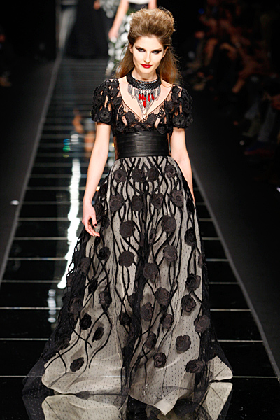 Дълга рокля с широк колан и голяма пола в сиво на черни цветя John Richmond Есен-Зима 2011