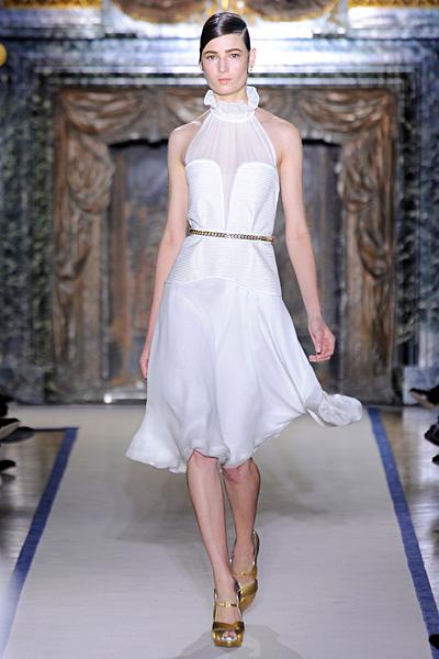 Бяла ефирна рокля по врата с голи рамене разкроена до коляно Есен-Зима 2011 Yves Saint Laurent