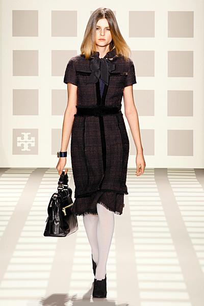 Вълнена рокля до коляно с къс ръкав в тъмни цветове с панделка Tory Burch Есен-Зима 2011