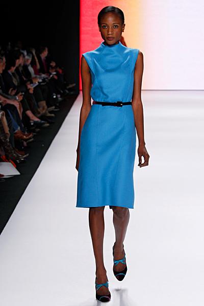 Изчистена едноцветна права рокля с равно деколте в синьо Carolina Herrera Есен-Зима 2011