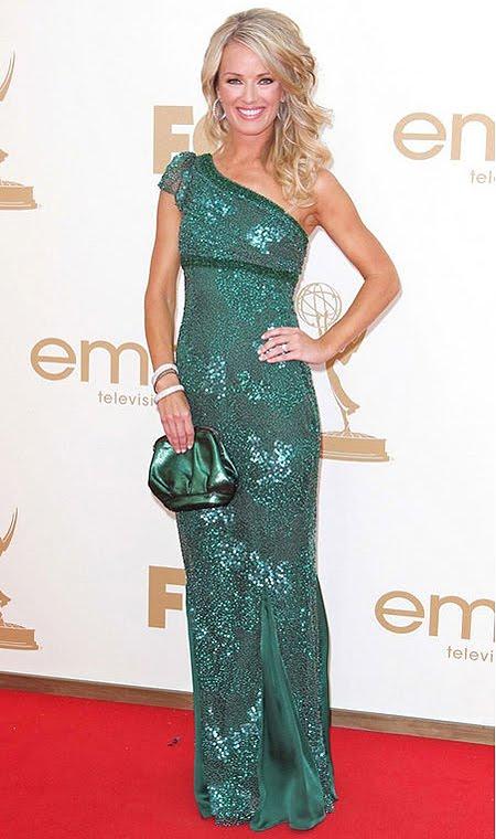 Брук Андерсън в блестяща зелена рокля на Lorena Sarbu Couture