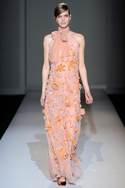 Дълга ефирна бежова рокля с дантела и камъни Есен-Зима 2011 Alberta Ferretti