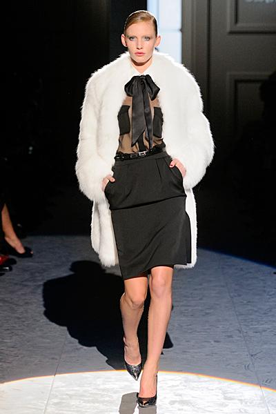 Права пола с висока талия, дантелена риза с панделка и бял кожух Есен-Зима 2011 Salvatore Ferragamo