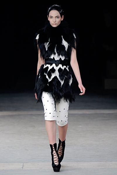 Къс панталон и елек Alexander McQueen Есен-Зима 2011