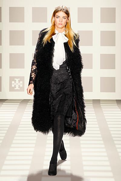 Черна рокля дантела с голяма бяла панделка на врата и мъхесто палто Tory Burch Есен-Зима 2011