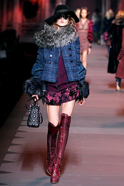 Къси панталони и пуловер в лилави нюанси и късо палто каре Dior Есен-Зима 2011