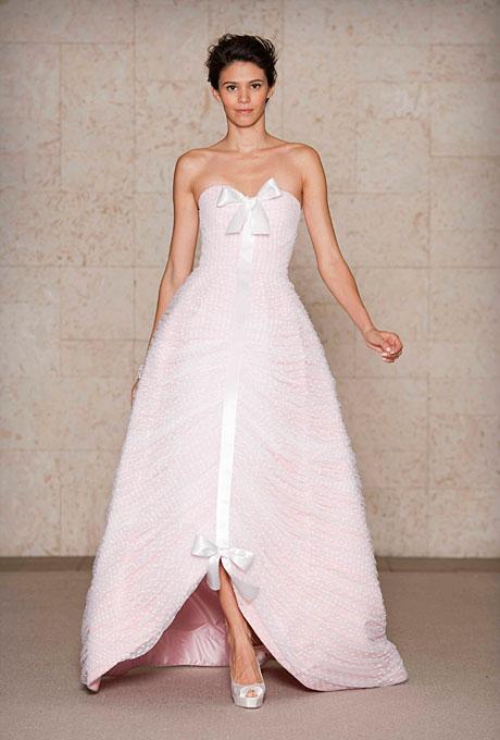 Бледо розова рокля тип принцеса с две панделки отпред  Oscar de la Renta Есен 2011