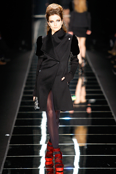 Ефектно черно палто до коляно с кожени нашивки на ръкавите John Richmond Есен-Зима 2011