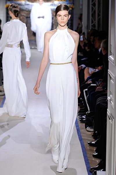 Дълга бяла рокля силует по тялото с деколте по врата и голи рамене Есен-Зима 2011 Yves Saint Laurent