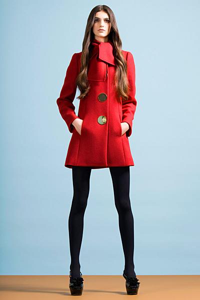 Червено палто с големи метални копчета Предесенна колекция Cheap and Chic от Moschino 2011