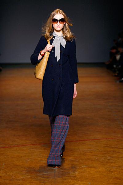 Тъмно синьо палто с красива панделка по врата Marc от Marc Jacobs Есен-Зима 2011