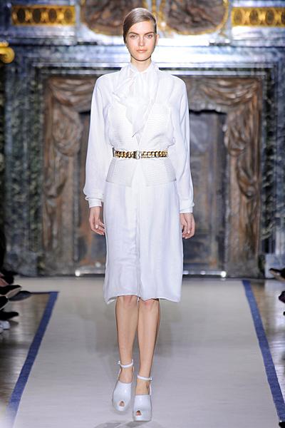 Бяла пола под коляното с бяла риза с панделка на врата и колан Есен-Зима 2011 Yves Saint Laurent